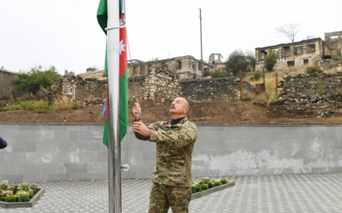 Prezident Suqovuşanda Azərbaycan bayrağını ucaltdı