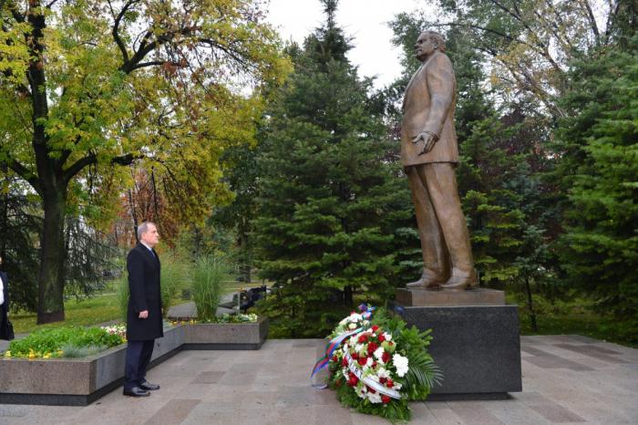 Nazir Belqradda Heydər Əliyevin abidəsini ziyarət edib