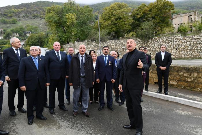 الرئيس إلهام علييف يزور بلدة هادروت وقرية توغ لمحافظة خوجاوند