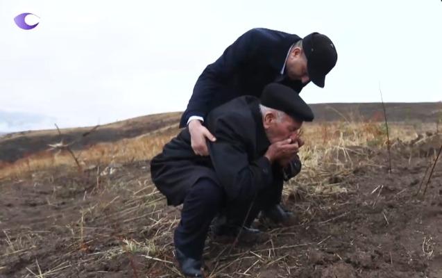 Şükür Həmidovun atası oğlunun şəhid olduğu yeri öpdü -    Video