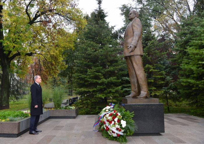 El Ministro de Asuntos Exteriores de Azerbaiyán visita el monumento al líder nacional Heydar Aliyev en Belgrado