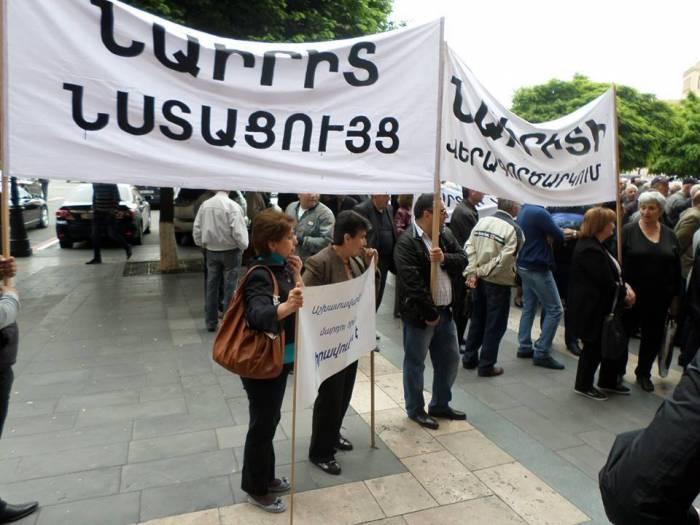 Sarkisyan Soçiyə getdi, İrəvanda aksiyalar başladı - VİDEO