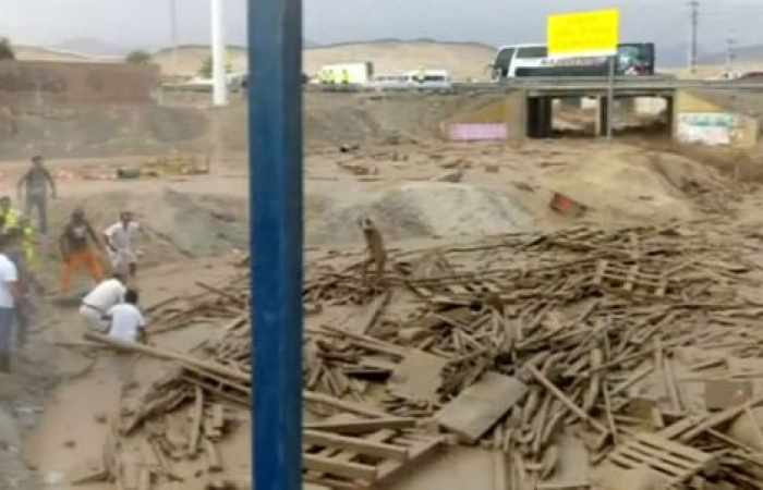 Peruvian woman escapes with her life from raging mudslide - NO COMMENT