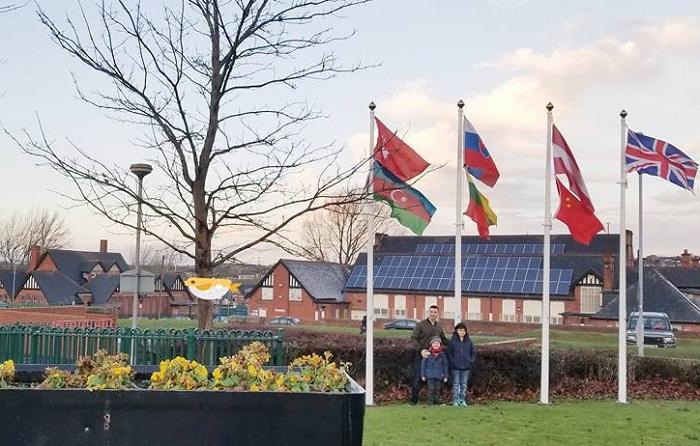 5 yaşlı azərbaycanlı İngiltərədə bayrağımızı qaldırdı