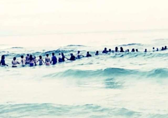 Ganze Familie am Ertrinken – Badegäste kommen auf rettende Idee