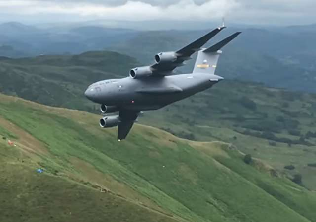 US-Transportflieger dröhnt über Großbritannien im Tiefflug
