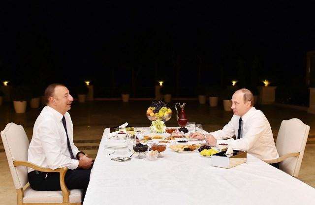 Putin Əliyevin evində çay içdi