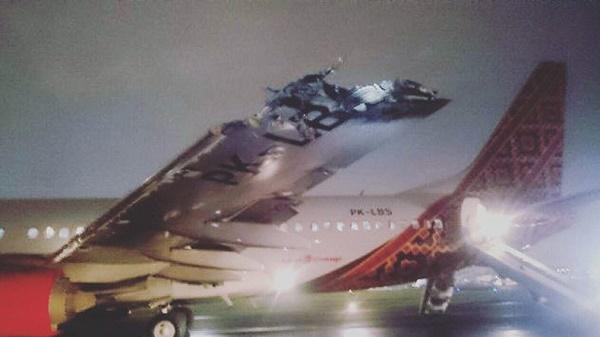 En Indonésie, deux avions se rentrent dedans lors du décollage