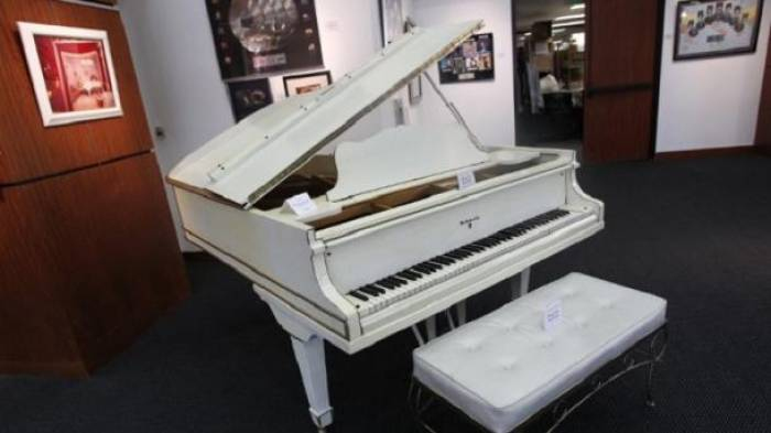 El legendario piano blanco de Elvis Presley, a la venta en eBay