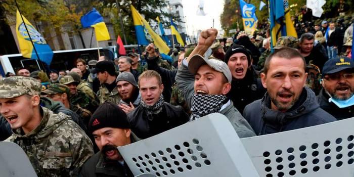 Ukraine: des protestataires anticorruption campent devant le Parlement