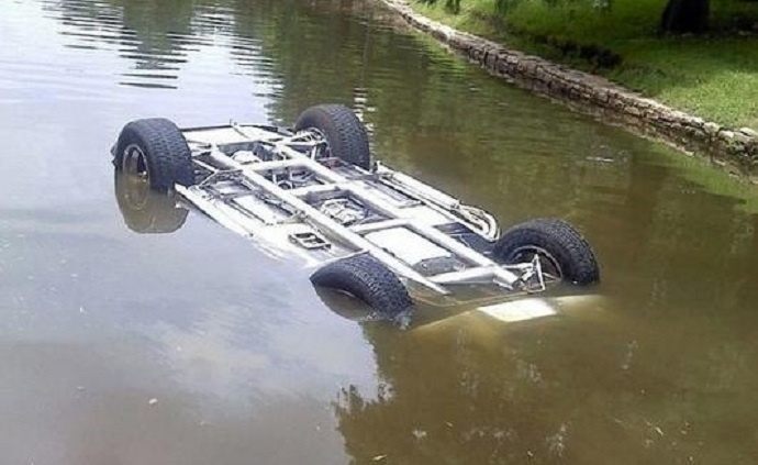 """""""Jeep"""" kanala düşdü, sərnişin öldü"""
