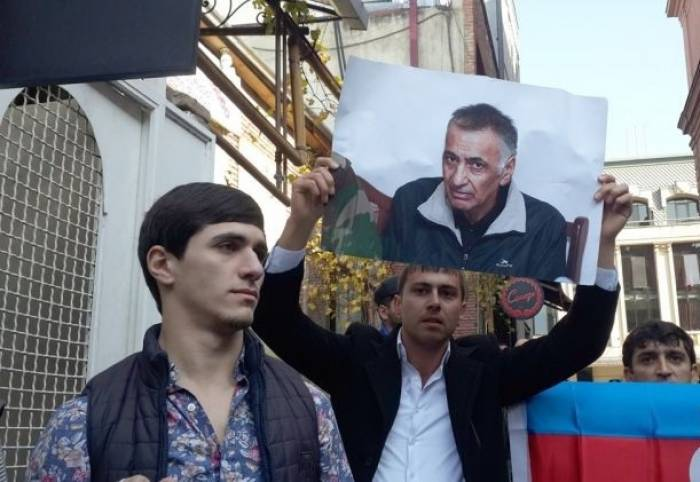 Les Azerbaïdjanais se rassemblent devant l'ambassade d'Arménie à Tbilissi