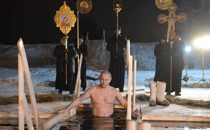 Poutine se baigne dans un lac glacé - VIDEO