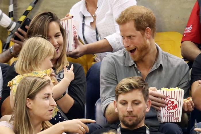 Le prince Harry se fait voler ses pop-corn par une adorable fillette - VIDEO
