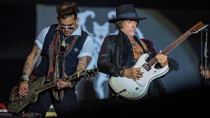 Johnny Depp lässt Goldzähne blitzen