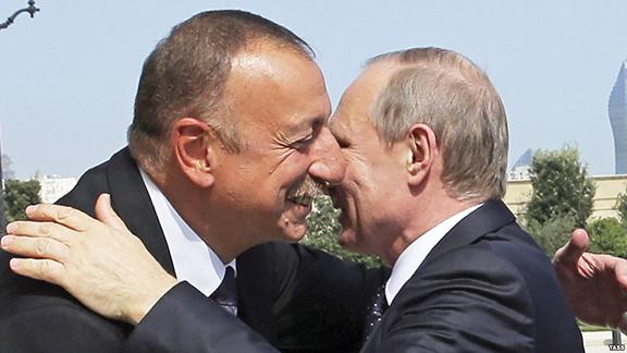 Qu`est-ce que signifie l`embrassement Poutine et Aliyev pour le règlement du conflit du Haut Karabagh? - Analyse du Jour