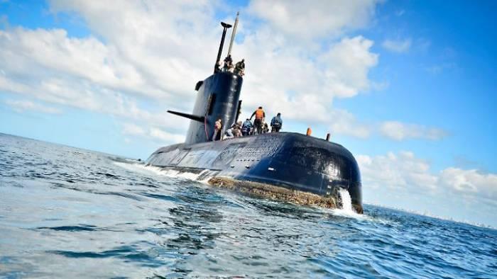 Kriegsschiffe sollen U-Boot retten