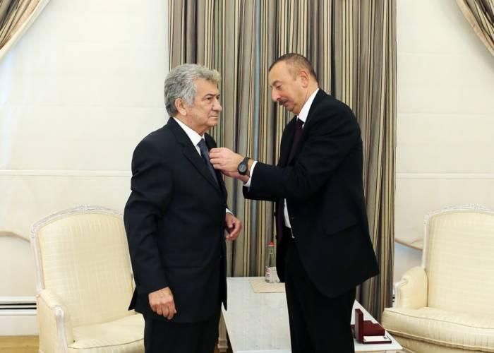 """Prezident xalq artistinə """"İstiqlal"""" ordenini təqdim edib - FOTOLAR (YENİLƏNİB)"""