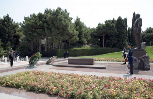 Bolivian FM pays respect to national leader Heydar Aliyev and Azerbaijani martyrs