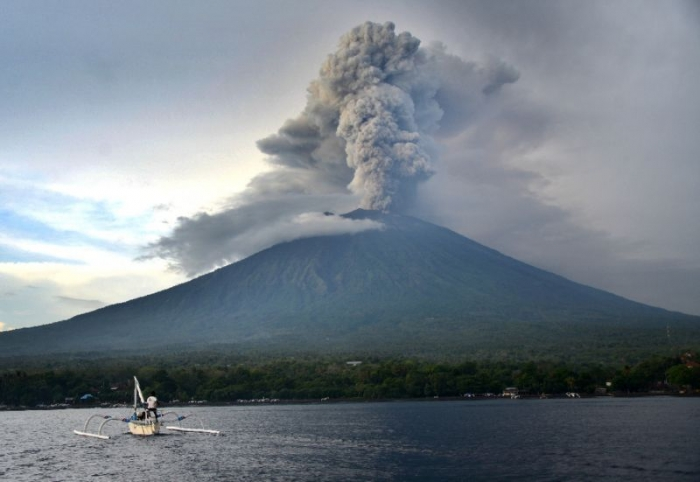 Airport shut over volcanic ash as Bali eruption looms