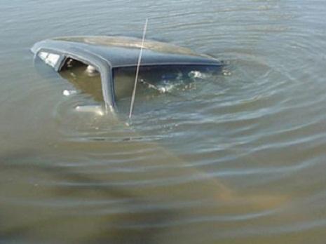 Salyanda maşın kanala düşdü, sürücü öldü