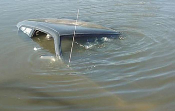 """Salyanda """"Mercedes"""" su kanalına düşüb"""
