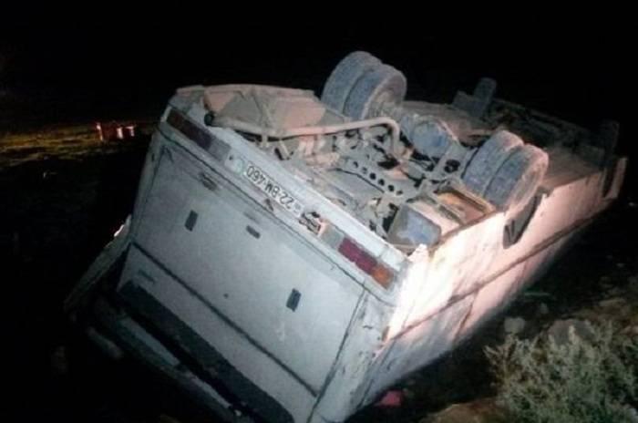 Goranboyda pambıqçıları daşıyan avtobus aşıb - 20 nəfər yaralanıb