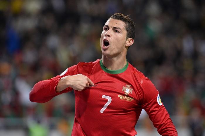 Ronaldo jurnalistin mikrofonunu əlindən alıb... - VİDEO