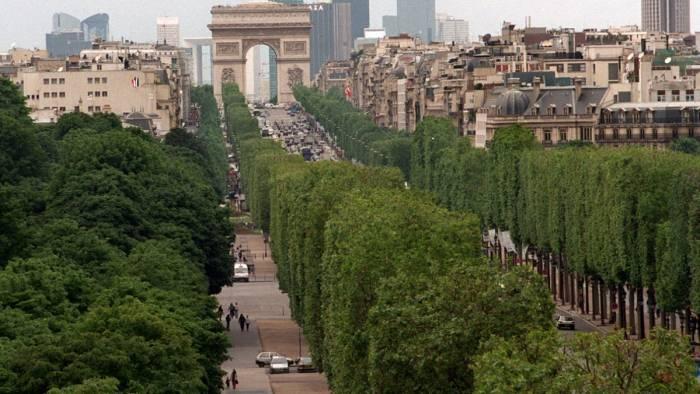 Une voiture percute un fourgon de gendarmerie sur les Champs-Élysées