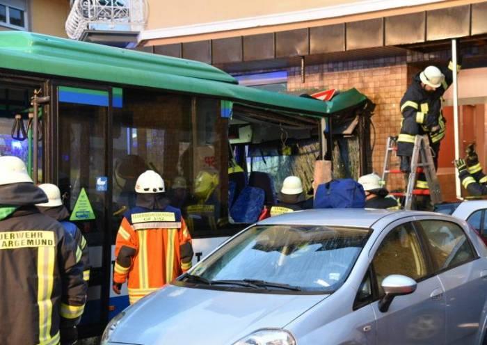 Allemagne: un car scolaire percute un bâtiment d'habitation, 43 blessés