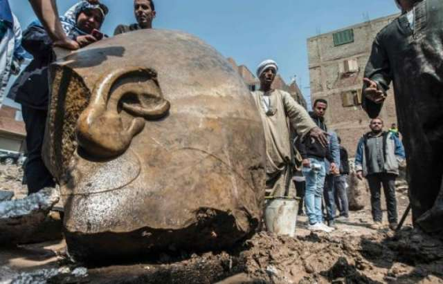 Baggerfahrer holt 3000 Jahre alte Statue aus dem Schlamm