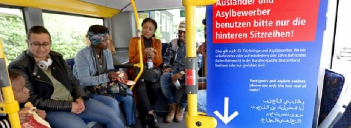 Asylbewerber müssen im Bus hinten sitzen ??