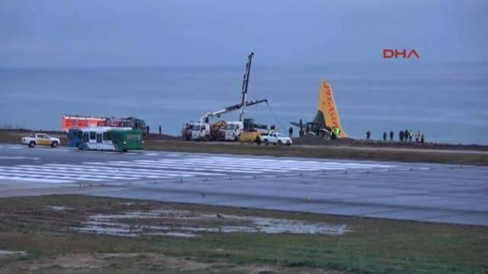 Pegasus-Jet kommt in Trabzon bei der Landung von der Piste ab