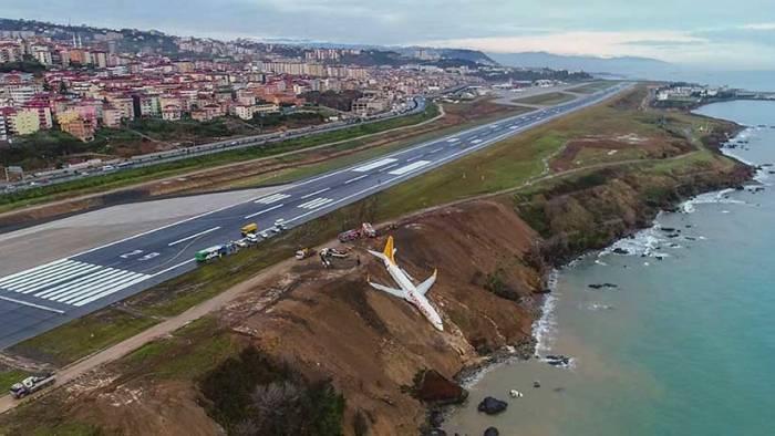 Turquía: Un Boeing 737 se sale de pista y no cae al mar por los pelos