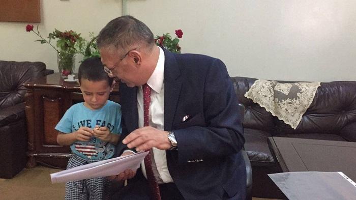 Konsul İŞİD-dən xilas edilən azərbaycanlı uşağa baş çəkib - (VİDEO)