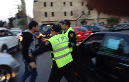 Yol polisi sürücü ilə əlbəyaxa oldu – Video