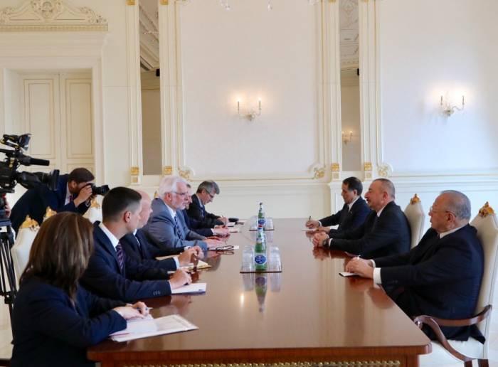 Ilham Aliyev admitió al canciller polaco