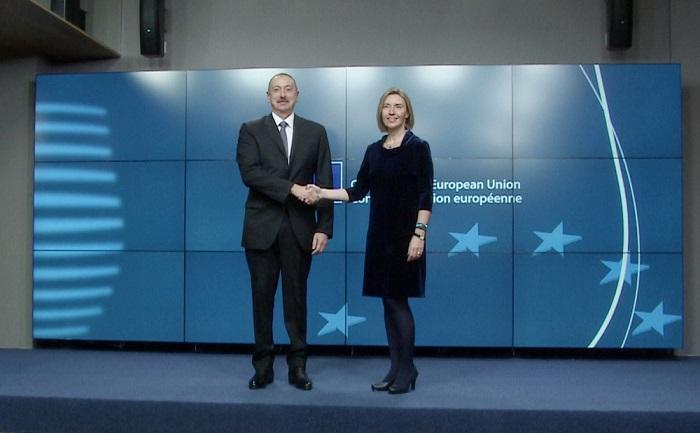 Ilham Aliyev trifft sich mit Hoher Vertreterin der EU Federica Mogherini zum Arbeitsfrühstück