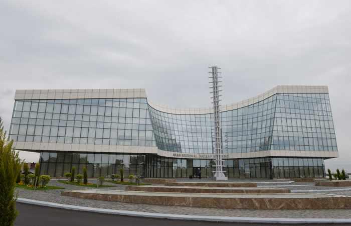 Präsident Ilham Aliyev macht sich in Jewlach mit Regionalentwicklungszentrum Aran vertraut