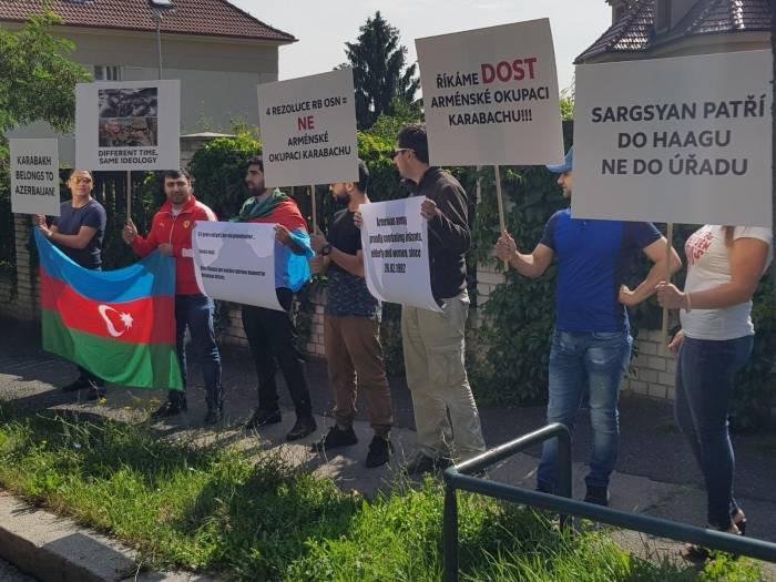 Acción de protesta frente a la embajada de Armenia en Praga -FOTO