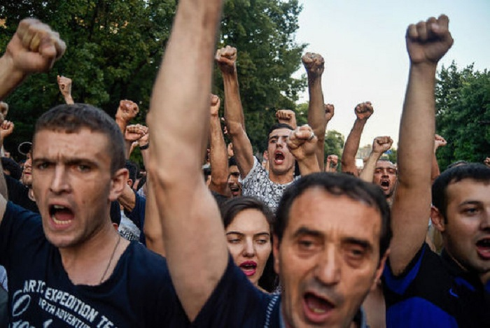 Ermənistanda keçmiş hərbçilərə görə etiraz aksiyası keçirilib - VİDEO