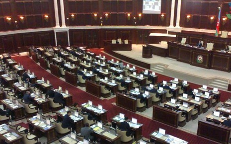 Azerbaijani Parliament discusses decline in manat