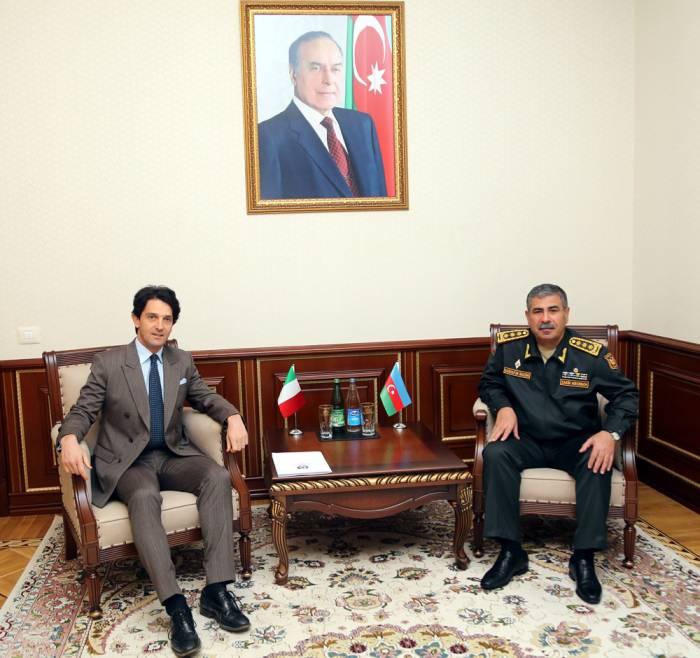Aserbaidschan und Italien diskutieren Fragen der militärtechnischen Zusammenarbeit