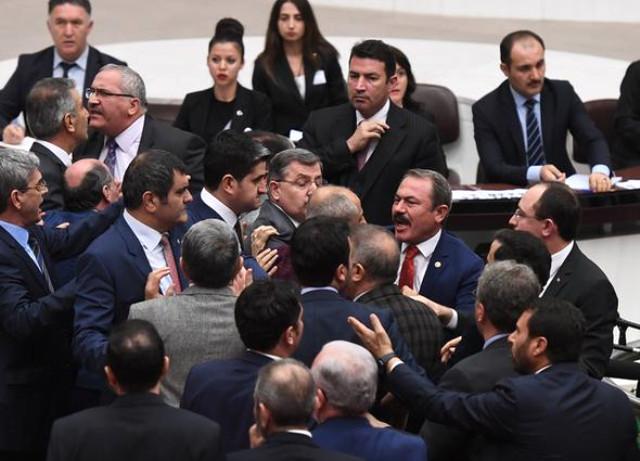 Nazirin çıxışı deputatlar arasında davaya səbəb oldu - FOTO
