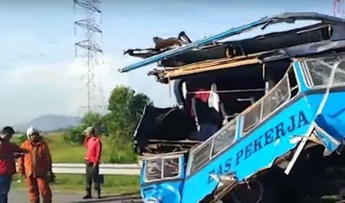 Avtobus qəzasında 27 nəfər öldü