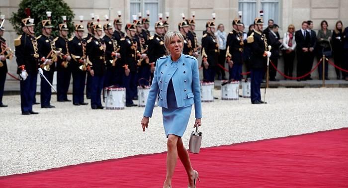 ¿Siguiendo los pasos de Melania? Las redes discuten el traje de Brigitte Macron en la investidura de su marido