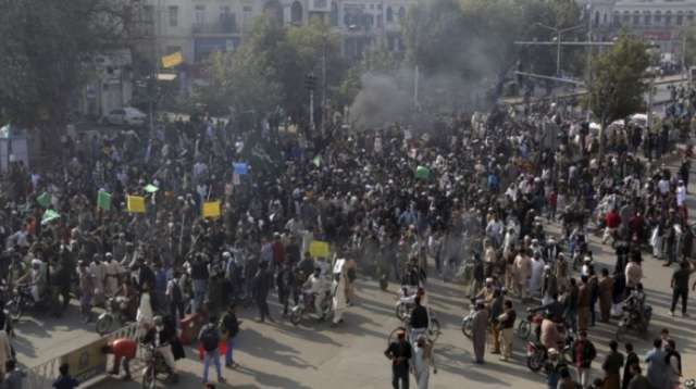Pakistani government calls in army to help disperse Islamist protesters
