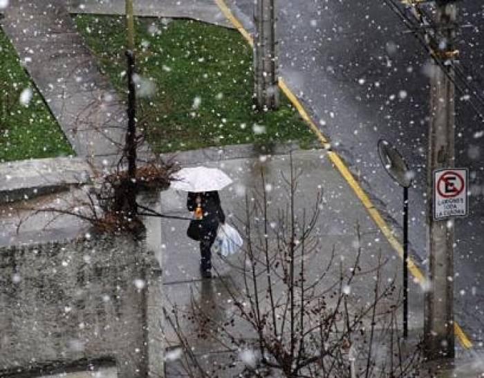Chile: Nieve sorprende a habitantes de Santiago