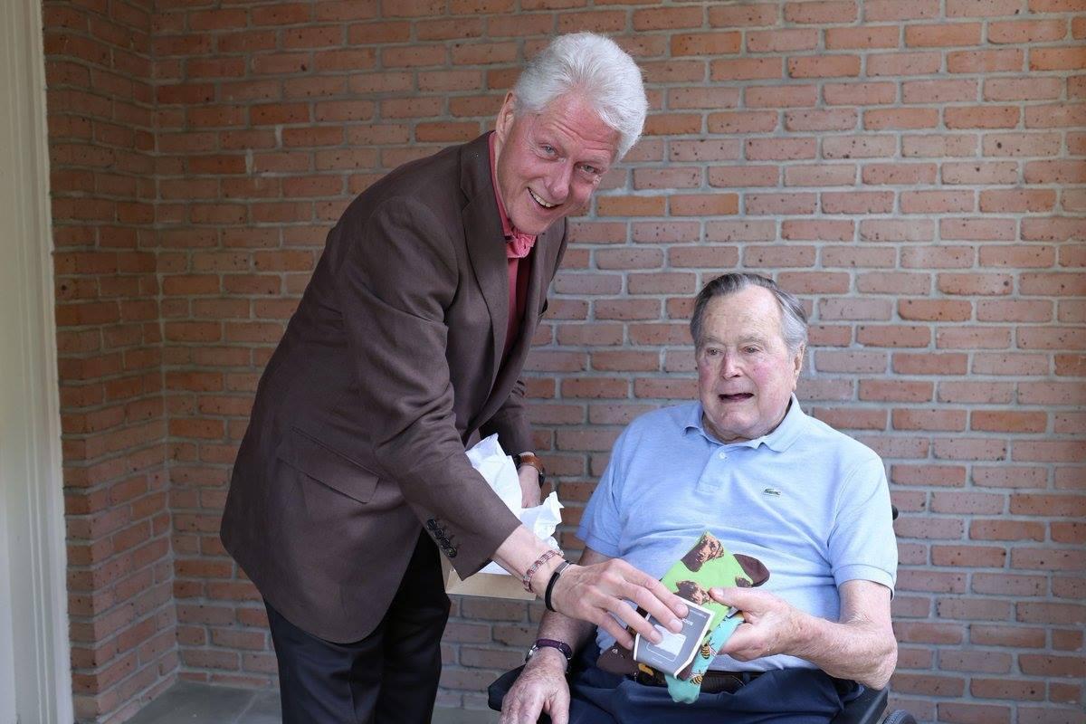 Klinton Corc Buşa corab hədiyyə etdi
