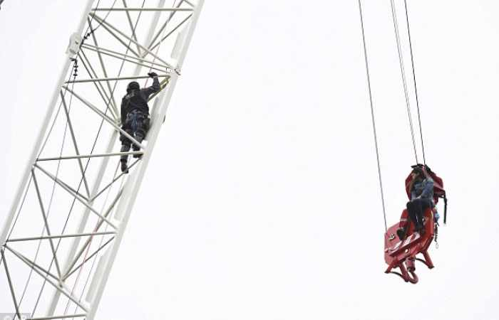 One dead and four injured in London crane collapse
